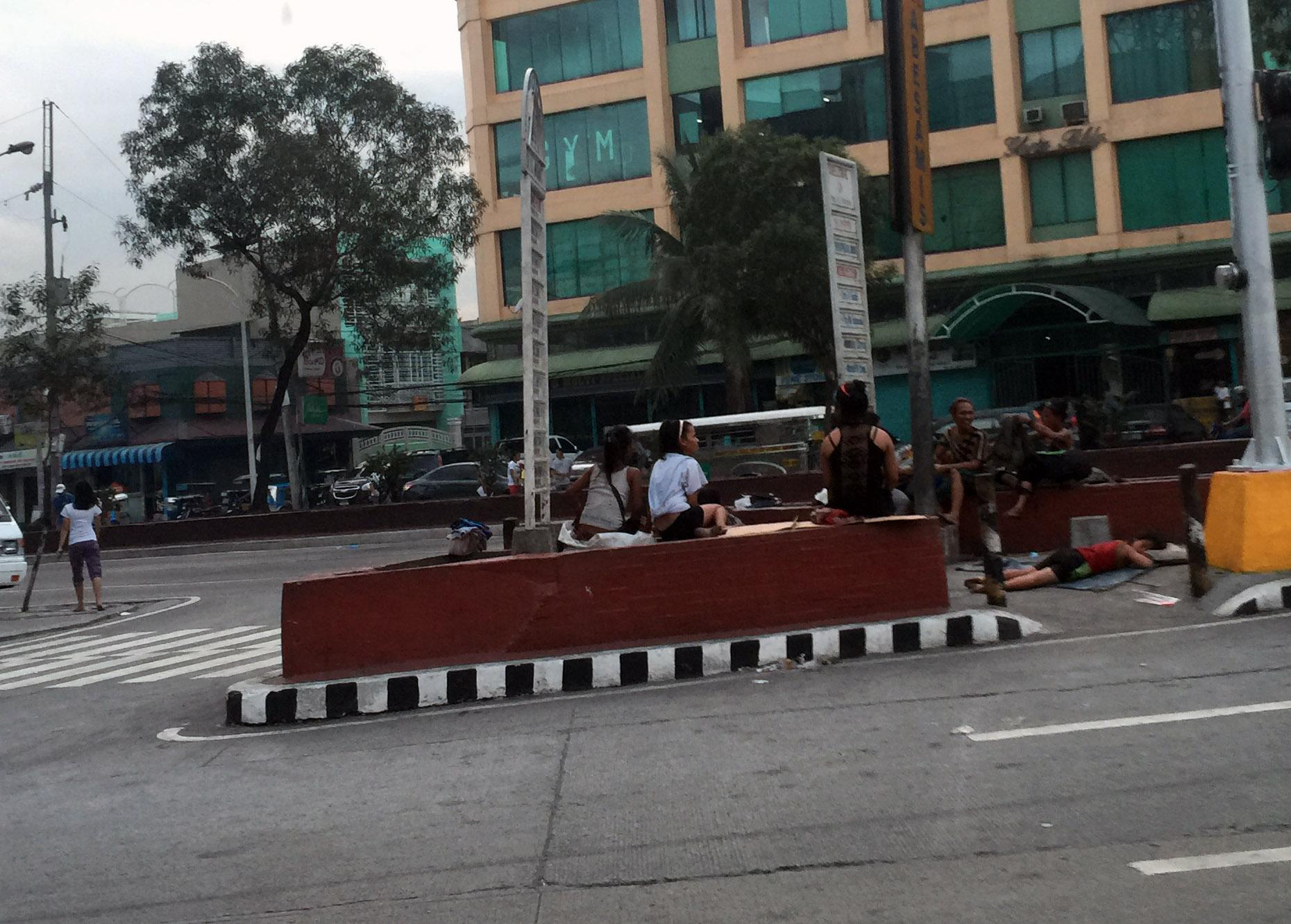 マニラ交差点の路上で寝るストリートチルドレン達