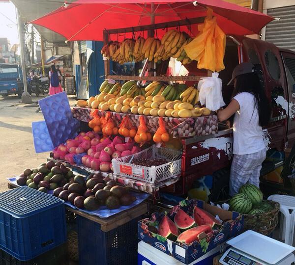 フィリピンのフルーツ販売の屋台